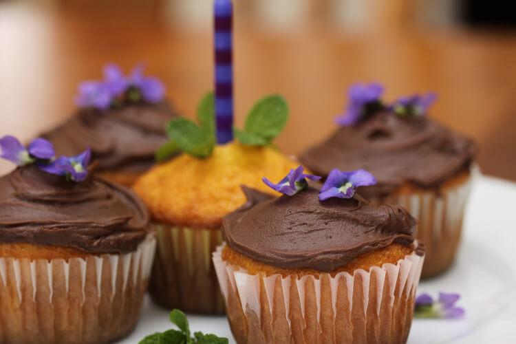 virágokkal díszített sütemény