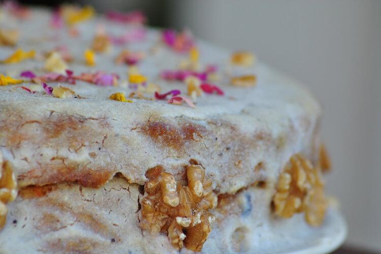 virágokkal díszített torta