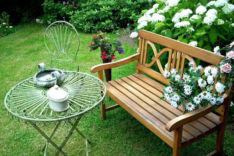 Leírás a kerti padhoz: Miért van rá szükséged és hova helyezd?