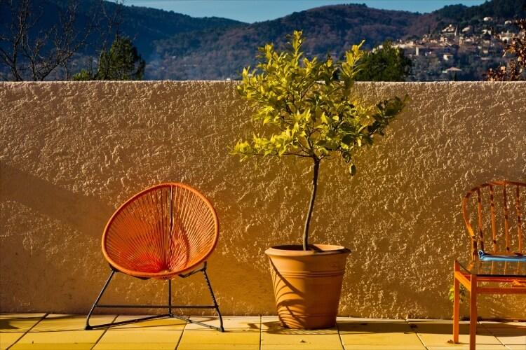 színes kerti bútor