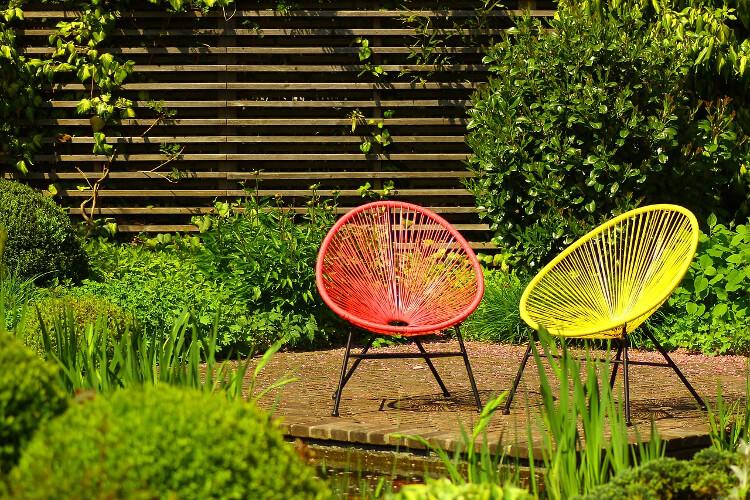Színes kerti bútorok: Milyen szín illik leginkább a kertedbe? (Útmutató)