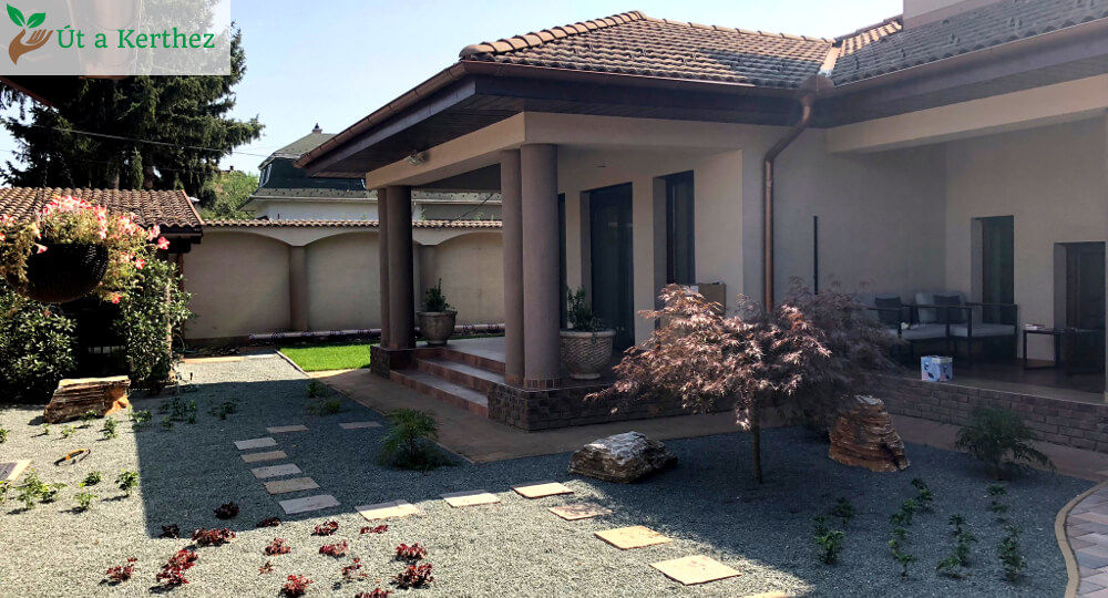 A ház előkertje